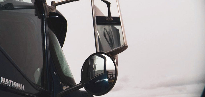 retroceder-forma-segura-camion-carga-usa-tus-espejos